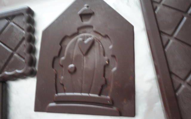 Casetta Di Natale Di Cioccolato : La casetta di babbo natale di cioccolato fondente e bianco ricette